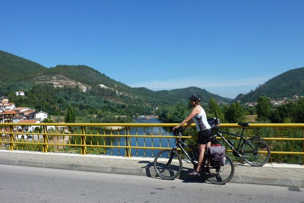 על גשר מעל נהר מונדגו, פורטוגל